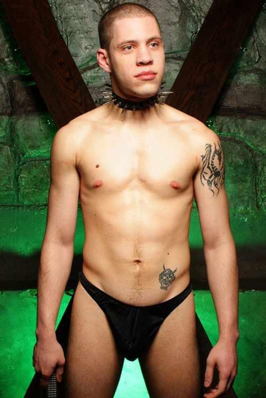 Фотографии молодого парня в ошейнике с шипами в эротической фотосессии. 24 фото