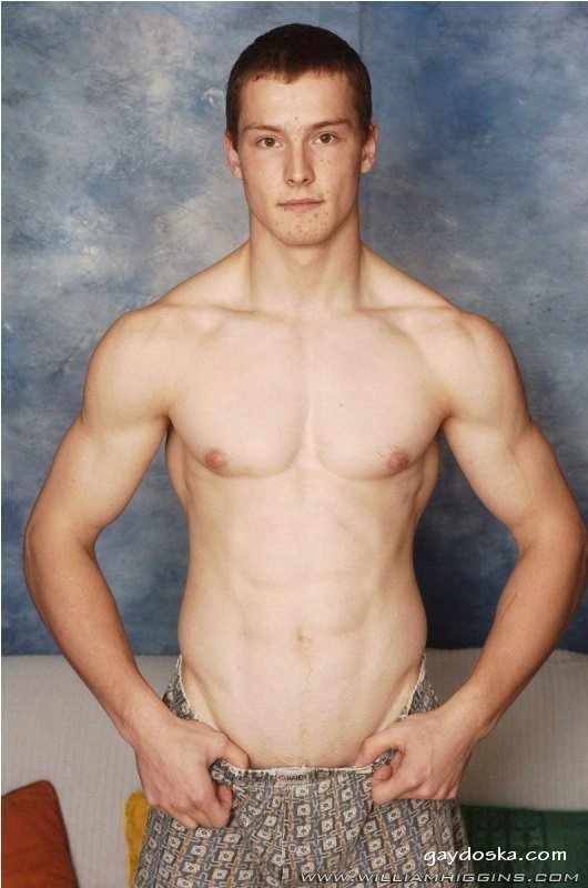 Фотосессия классного парня. Показывает всё что можно показать, особенно свою классную дырочку. Член и подкаченное тело выглядят просто суперски. 43 гей-фото с классным парнем.