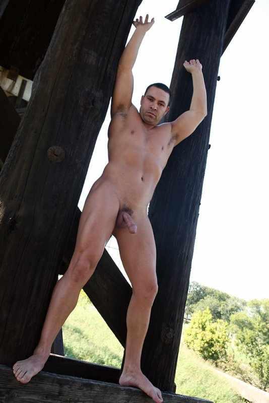 Брутальный, мощный самец под ником Hunter позирует для фотосессии. 24 фото