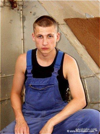 Фотосессия парня по имени Enrico. 94 гей-фото брутального парня среди развалин. Фото члена и попки — всё есть